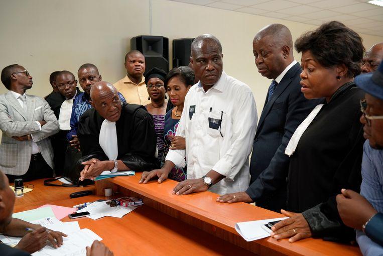 Martin Fayulu, vergezeld van zijn advocaten en zijn vrouw, bij het Grondwettelijk Hof.  Beeld AP