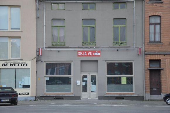 De bekendmaking van de aanvraag voor een sloopvergunning hangt aan het raam van café Déja Vu.