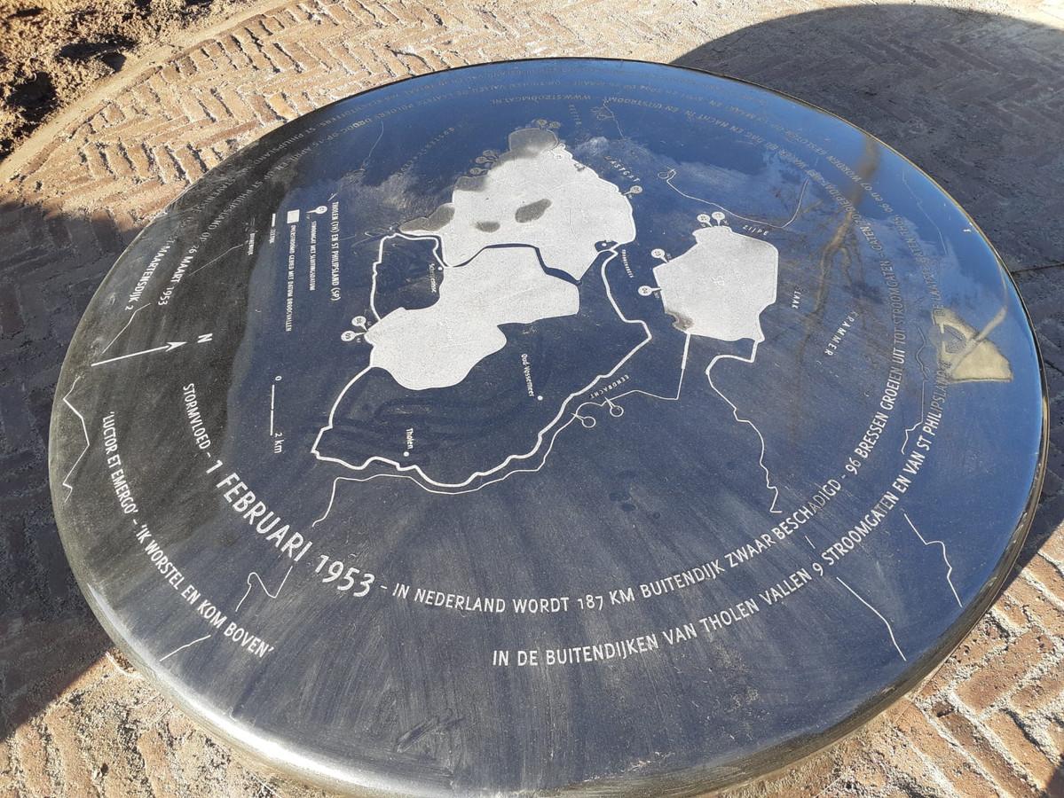 De gedenksteen bij het Watersnoodhuis in Stavenisse.