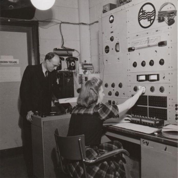 Het mengpaneel in de studio van Herrijzend Nederland. Op de achtergrond Wim de Nooy. De dame op de voorgrond is onbekend. archief Kees Nijsen