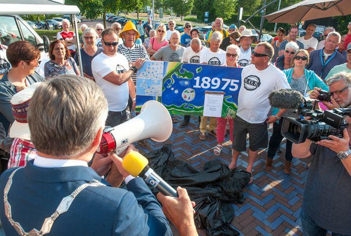 Symbolische overhandiging van een petitie tegen Brouwerseiland aan toenmalig burgemeester Gerard Rabelink in 2017.