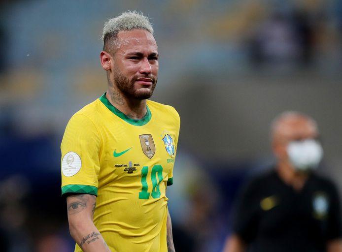 Neymar loopt in tranen van het veld na het verlies in de finale van de Copa América.