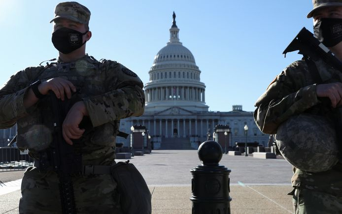 Membres de la Garde nationale en faction devant le Capitole, à Washington