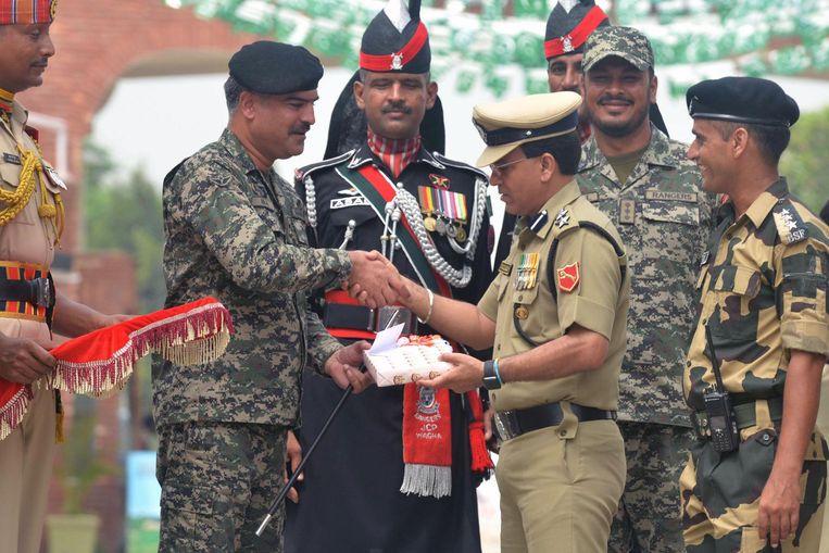 De dag erna viert India onafhankelijkheidsdag en krijgt de commandant een doos snoep terug. Beeld afp
