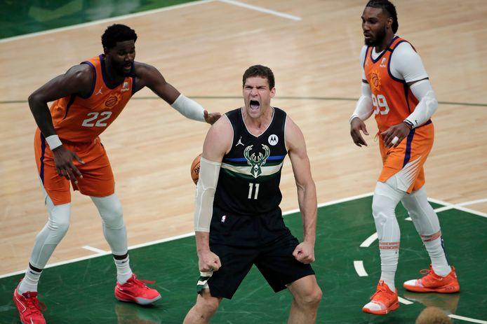 Milwaukee Bucks-center Brook Lopez schreeuwt het uit na een 'slam dunk'.