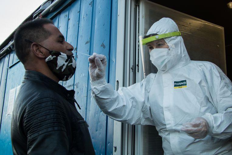 De tweede testronde vond alleen plaats in de 45 districten waar de besmettingsgraad boven de 0,7 procent lag. Beeld Getty Images