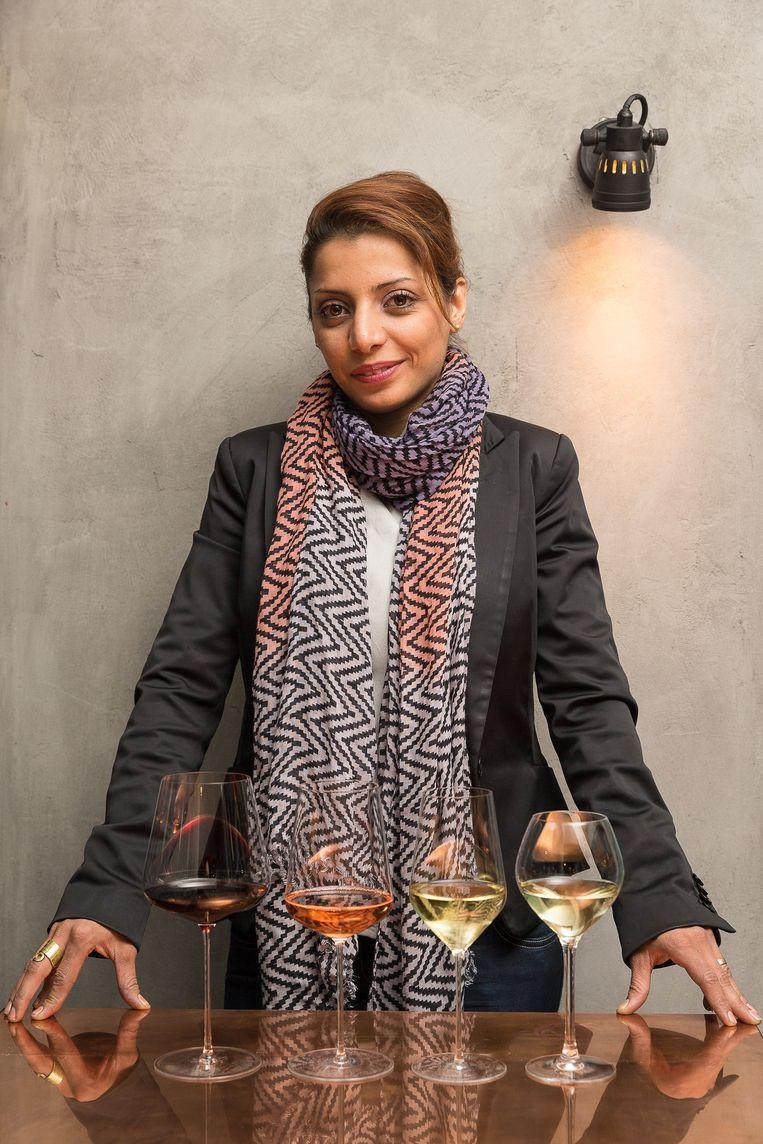 Sommelier Sepideh Sedaghatnia geeft advies over het perfecte wijnglas. Beeld PHOTO NEWS / James Arthur