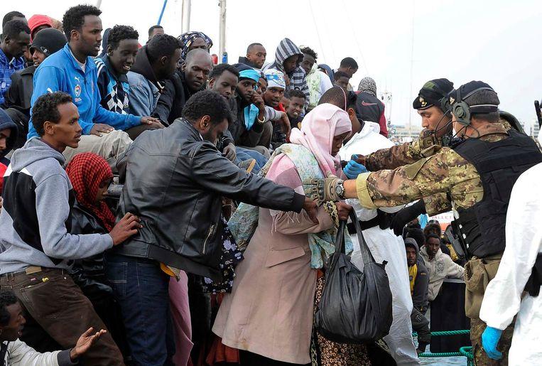 Somalische vluchtelingen komen aan in Malta. Beeld EPA