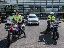 Drie generaties agenten: zoon René en kleinzoon Bart begeleiden Teun tijdens laatste rit