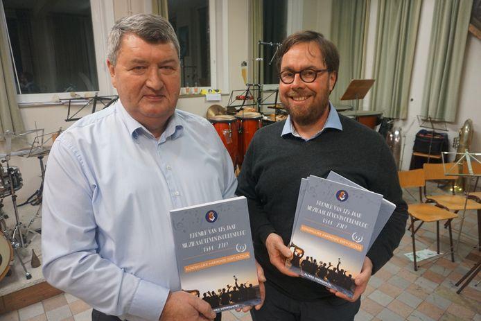 De Koninklijke Harmonie Sint-Cecilia presenteert een mooi overzichtsboek. Voorzitter Peter Velle (rechts) en auteur Alfred Vermoortel.