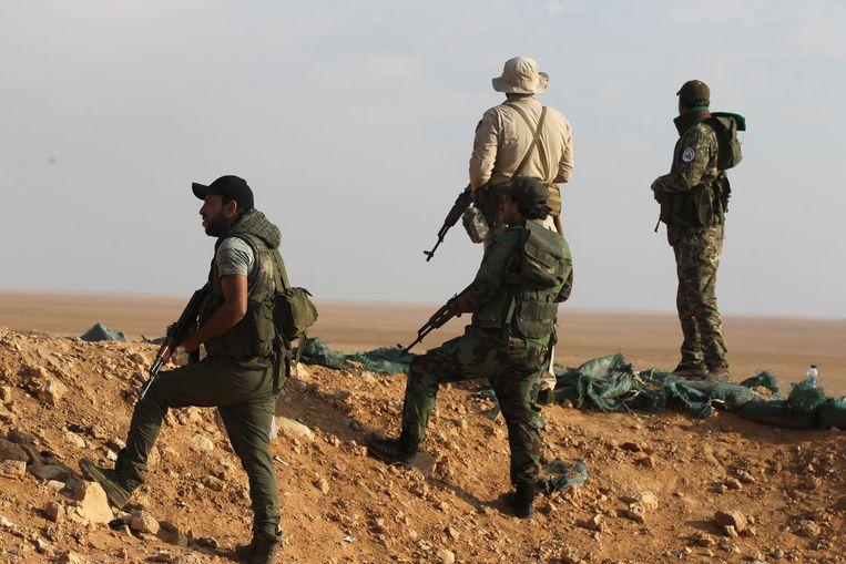 Iraakse sjiitische strijders in november 2018 vlakbij de Syrische grens, niet ver ban Al Bukamal.  Beeld AFP