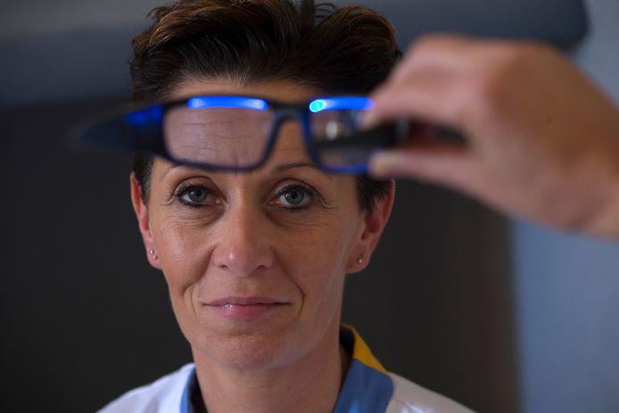 IC-verpleegkundige Paulien Brethouwer met de blauwe bril, die voor een energiestoot zorgt tijdens de nachtdienst.