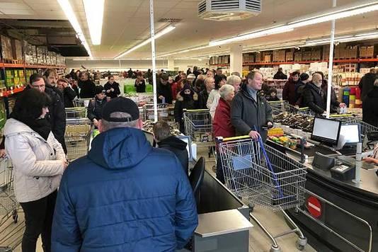 En raison du nombre limité d'employés au magasin, le temps d'attente à la caisse s'avère parfois assez long