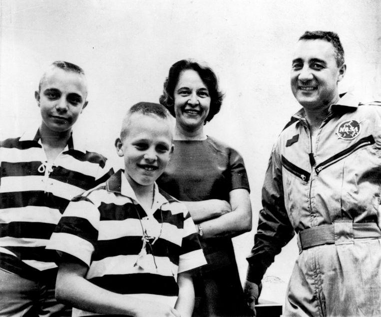 Betty en Virgil 'Gus' Grissom met hun zonen Scott en Mark in 1965. Beeld AP