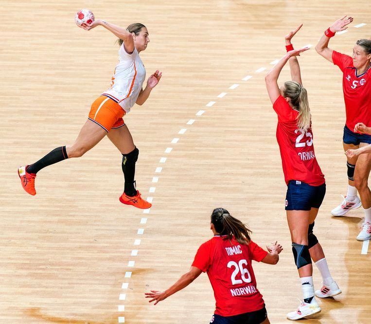 Lois Abbingh scoort tegen Noorwegen. De Nederlandse ploeg verloor uiteindelijk met 27-29. Beeld Klaas Jan van der Weij