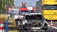 BMW Gran Turismo brandt uit: ook droog gras in  berm vat vuur