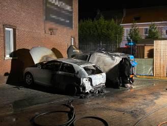 Twee auto's volledig uitgebrand in Kerkhofstraat
