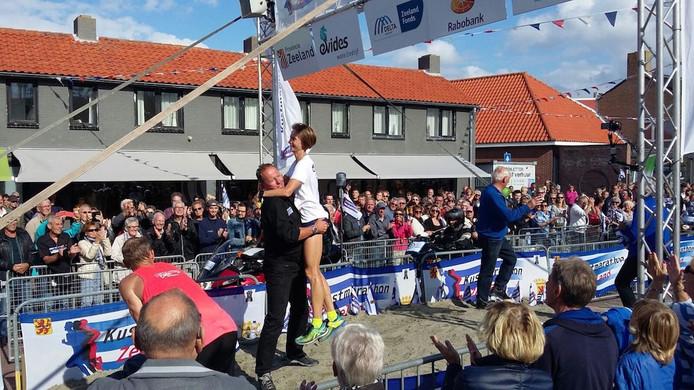 Ook Radka Churanova wordt na de finish opgetild door Lein Lievense.