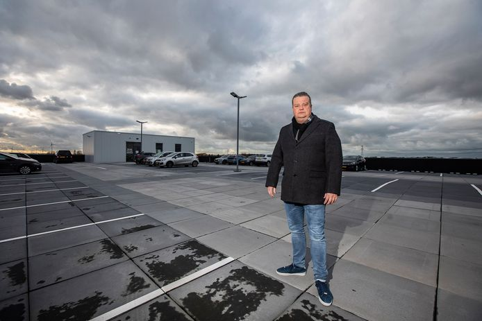 Directeur Chris Hans van der Hout op het parkeerdak van transportbedrijf Freight Line.