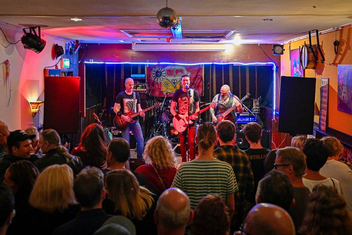 de Band Frontaal in café Gesellies tijdens Zevenbergen Live!