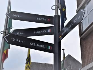 Mietje Stroel weet eindelijk de weg naar Cesenatico: nieuwe wegwijzers voor gemeentehuis tonen weg naar zustergemeenten