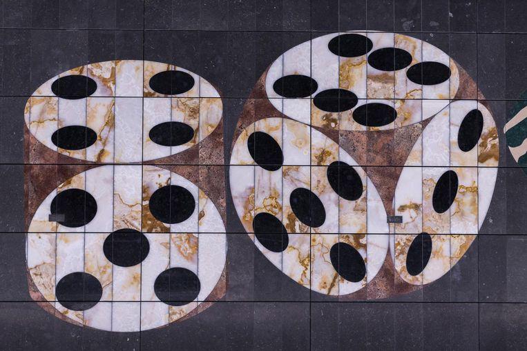 Voor station Rokin maakte kunstenaarsduo Daniel Dewar en Grégory Gicquel onder meer dobbelstenen Beeld Rink Hof