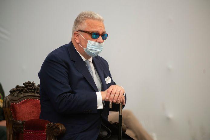 Le prince Laurent portait un masque, mais ce dernier ne couvrait pas son nez.