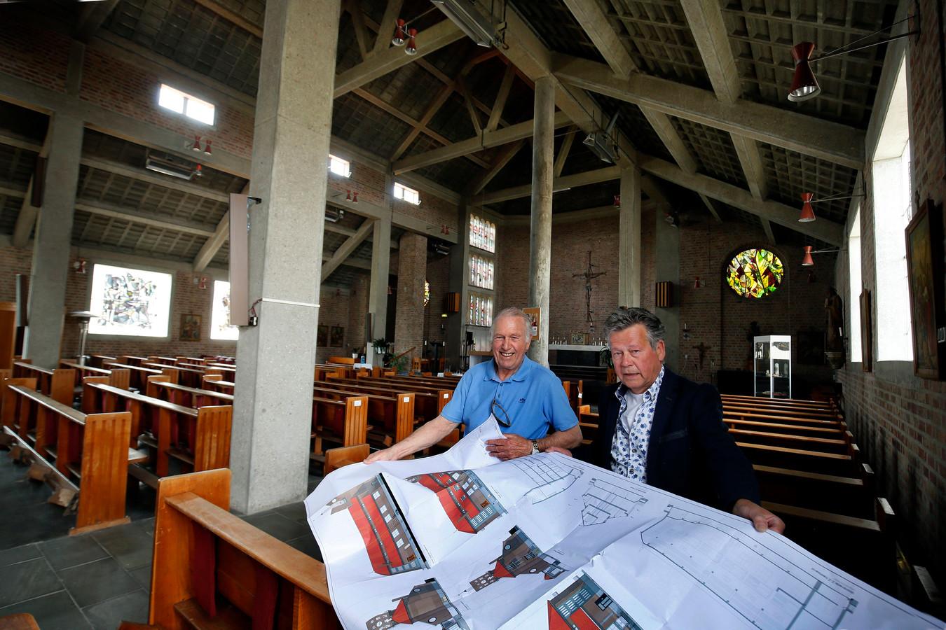 Jaap Smits (links) en Henri van der Meijden met de bouwtekeningen in de kerk in Dussen.