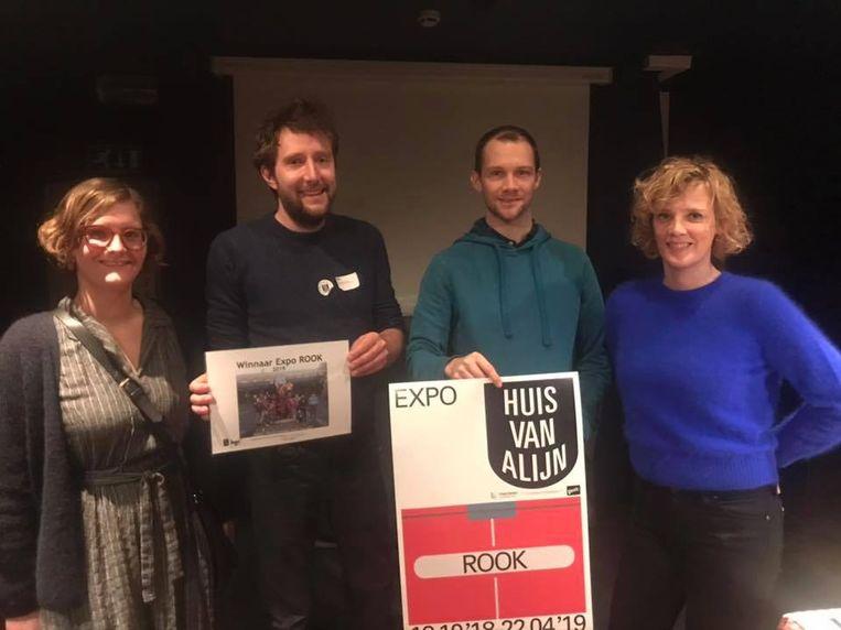 Simon De Beelde (tweede van links) ontvangt namens de klas 1BA de prijs van het Huis van Alijn.