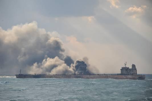 Aan boord van de tanker blijven zich explosies voordoen, wat het blussen bemoeilijkt.