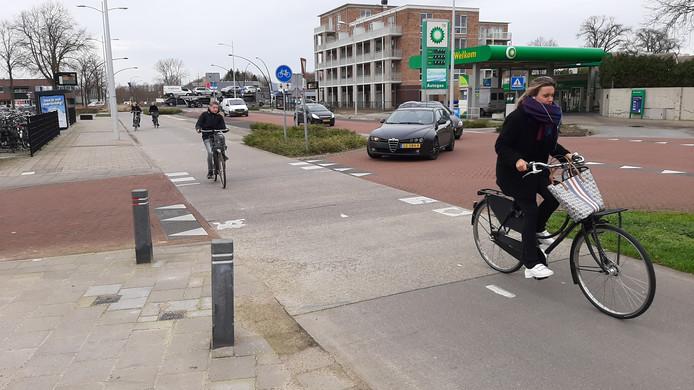 Het fietspad van de Nistelrodeseweg kruist de Hoogstraat (links) .