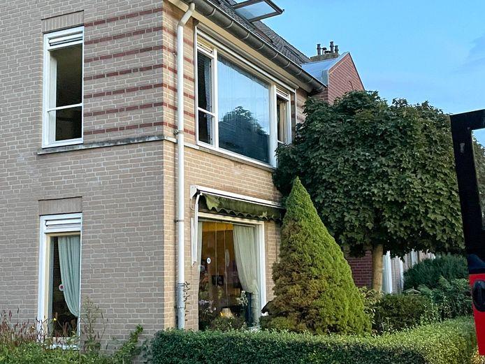 De woning in Lieshout. Op de eerste etage woedt brand.
