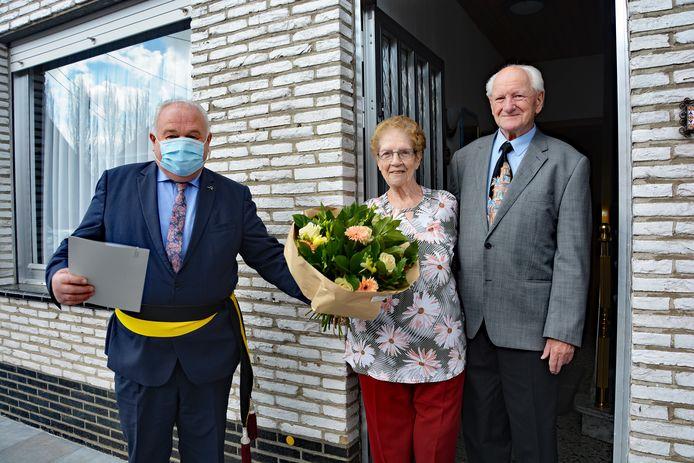 Schepen Marc Vanwalleghem bracht jubilarissen Willy Vandaele en Mariette Vervaeke een deurbezoekje.