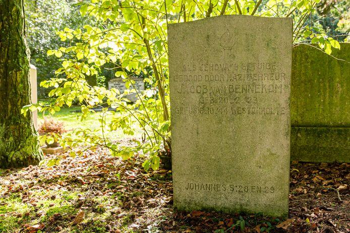 'Als Jehova's Getuige gedood door naziterreur' vermeldt de grafsteen van Jacob van Bennekom.