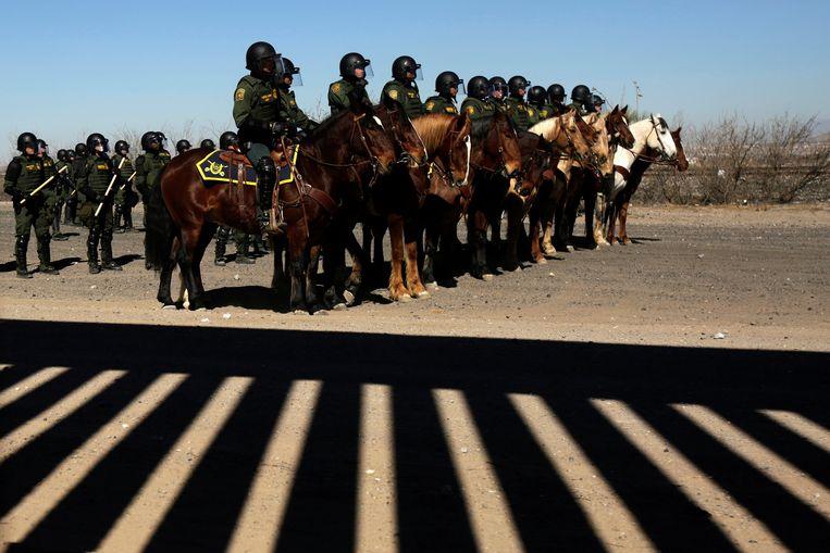 Mexicaanse agenten aan de grens met de Verenigde Staten. Beeld REUTERS