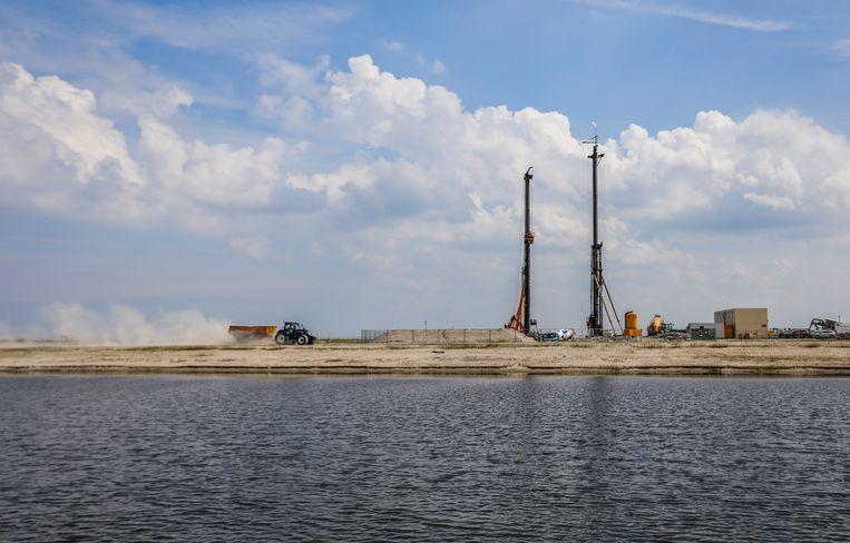 De eerste palen van het nieuwe stroomstation op Strandeiland worden in de grond geslagen. Over anderhalf jaar is het verdeelstation klaar. Beeld Eva Plevier