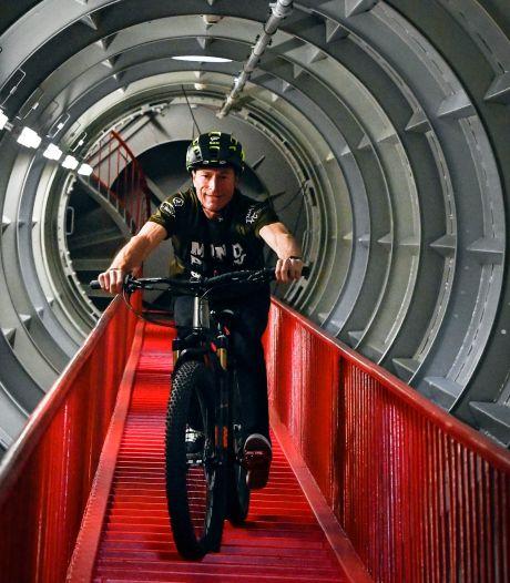 Peter Geys descend les 506 marches de l'Atomium à vélo