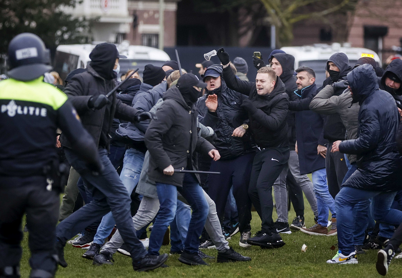 Sympathisanten en politie op het Museumplein. Het plein is aangewezen als veiligheidsrisicogebied na ongeregeldheden een week eerder bij een soortgelijk protest.