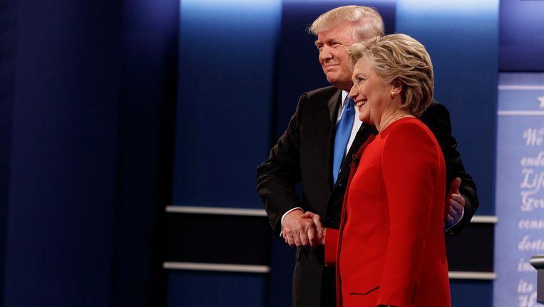 Donald Trump (links) en Hillary Clinton na afloop van het debat. Beeld AP