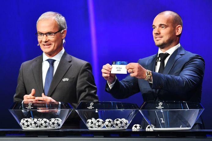 Ex-Ajacied Wesley Sneijder grabbelt Ajax uit de pot.