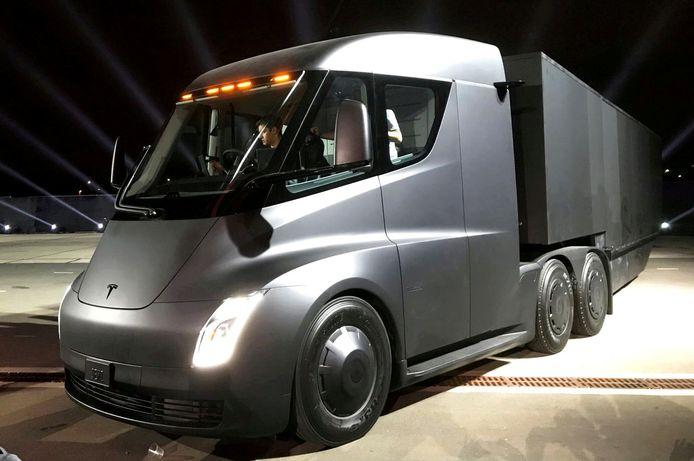 De nieuwe elektrische truck van Tesla tijdens een presentatie in november