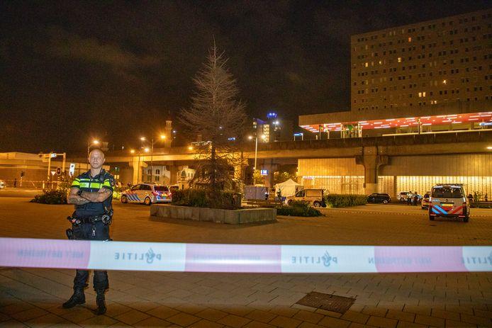De politie waakt in de Bijlmer op een plek waar een liquidatie heeft plaatsgevonden. Jongeren in Amsterdam zijn voor een paar duizend euro bereid mensen dood te schieten.