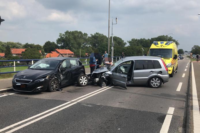 Eeen frontale aanrijding tussen twee personenauto's zorgt voor lange files op de N309 bij Elburg.