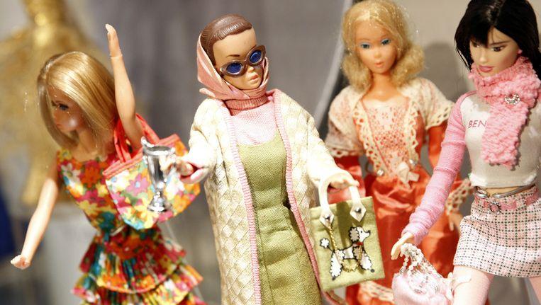 Barbiepoppen in typerende kleding in Tassenmuseum Hendrikje in 2008. Beeld null