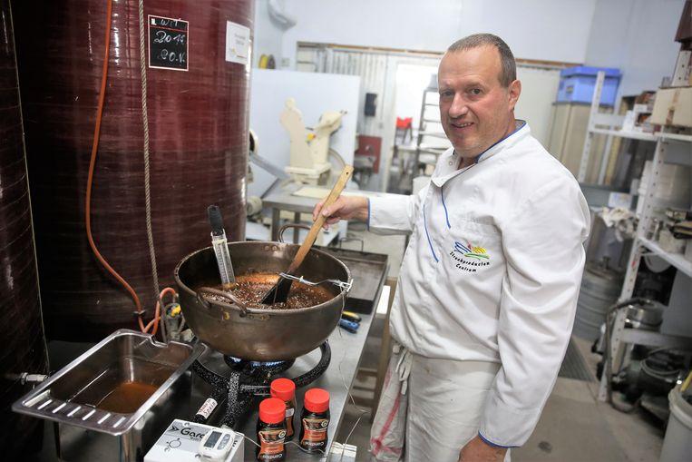 Johnny Sterck maakt het mengsel voor de snoepjes klaar.