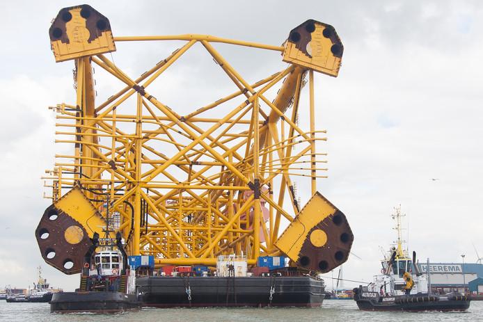 Het grootste tot nu toe gebouwde jacket vertrekt vanaf de Heerema locatie naar zee.