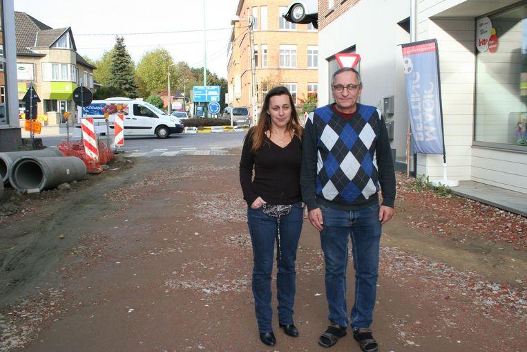 Conny De Bruyne en Yvan Hayen aan de krantenwinkel, met op de achtergrond de rotonde