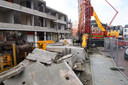 In het beton zijn kokers geplaatst, waarin later  de funderingspalen voor de nieuwbouw worden geplaatst.
