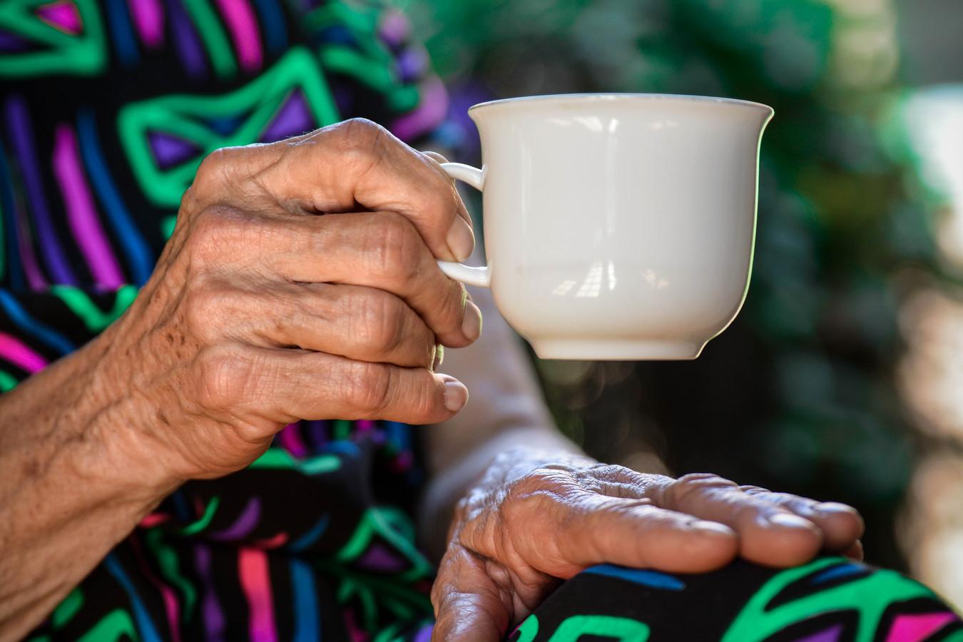 Gezond eten en drinken kan helpen om gezond oud te worden.