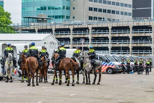 Rond het middaguur verzamelden zich een grote politiemacht op het Jaarbeursplein.